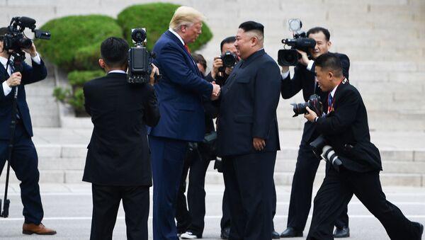 Президент США Дональд Трамп и лидер КНДР Ким Чен Ын во время встречи в Пханмунджоме - Sputnik International