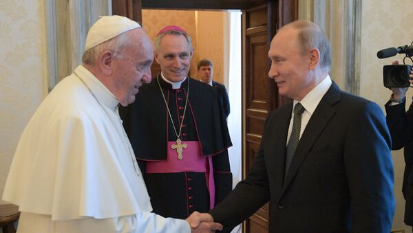 Russian President Vladimir Putin shakes hands with Pope Francis during their meeting at the Vatican. Archbishop Georg Ganswein is second left. Putin is on one-day official visit to Italy - Sputnik International