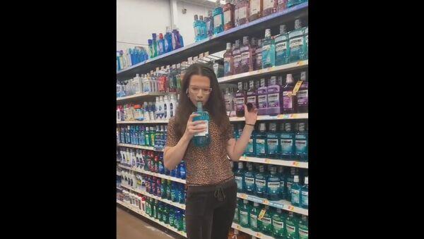 Customer Spoiling Mouthwash in US Shop - Sputnik International