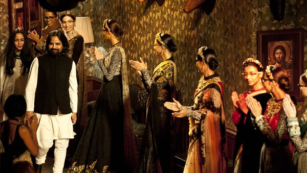 Models wearing new creations by Indian fashion designer Sabyasachi Mukherjee (L) applaud him at the end of a fashion show in New Delhi on August 12, 2012 - Sputnik International