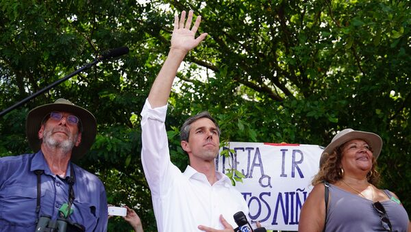 Democratic presidential candidate Beto O'Rourke waves at a detention facility for incarcerated youths near Miami in Homestead, Florida - Sputnik International