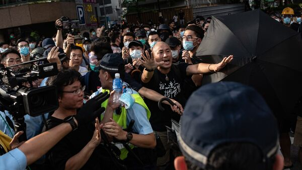 Protesters shout at the police during an anti-parallel trading protest in Sheung Shui district in Hong Kong on July 13, 2019. - Sputnik International