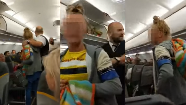 Unnamed woman who was thrown off a flight from Turkey to the UK after causing a scene, demanding the removal of three Muslim men - Sputnik International