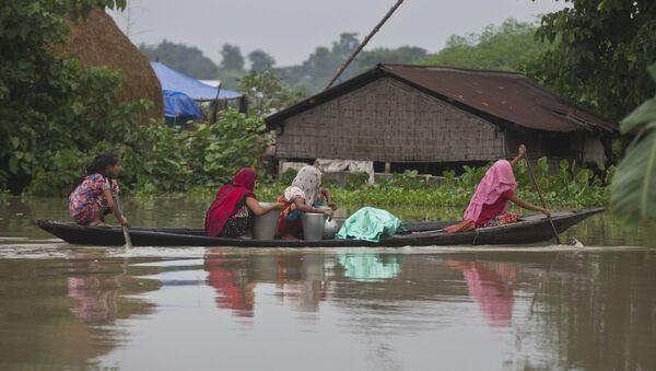 Indian flood affected women transport drinking water on a boat in Burha Burhi village - Sputnik International