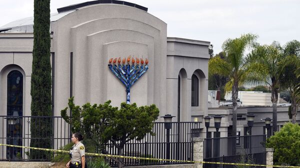 a San Diego county sheriff's deputy stands in front of the Poway Chabad Synagogue in Poway, Calif. - Sputnik International