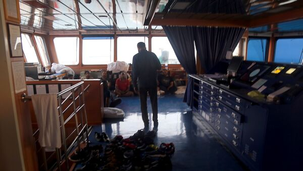 In this handout picture provided by Fars news, an Iranian official talks to crew members inside the seized UK-flagged tanker Stena Impero off the coast of Bandar Abbas in southern Iran, on 21 July 2019 - Sputnik International