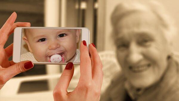 Smartphone child old woman - Sputnik International
