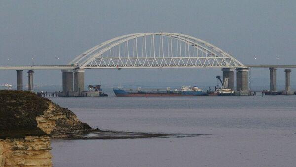 A cargo ship blocks a passage under the arch of the Crimean bridge over Kerch Strait in Russia, November 25, 2018 - Sputnik International