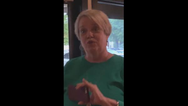 US woman caught on film using racial slur against women dining at a Bonefish Grill restaurant in North Carolina - Sputnik International