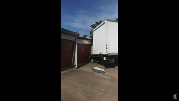 Commercial Truck Smashes Storage Units After Bad Turn - Sputnik International