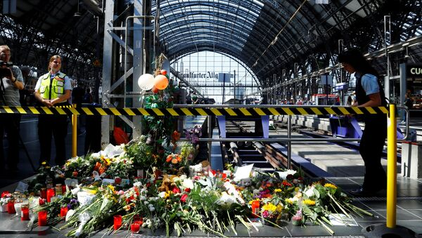 Well-wishers ha left messages of mourning, candles and flowers at Frankfurt's main railway station, where an eight-year-old boy was pushed in front of an oncoming train and died; photo taken 30 July 2019 - Sputnik International