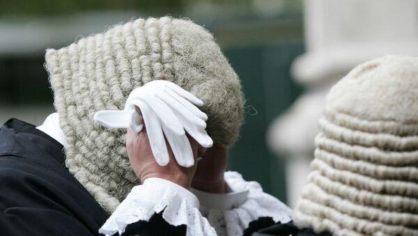 A judge adjusting his wig - Sputnik International