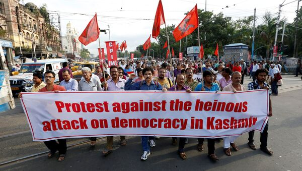 People hold a banner during a protest after the government scrapped the special status for Kashmir, in Kolkata, India, August 5, 2019 - Sputnik International
