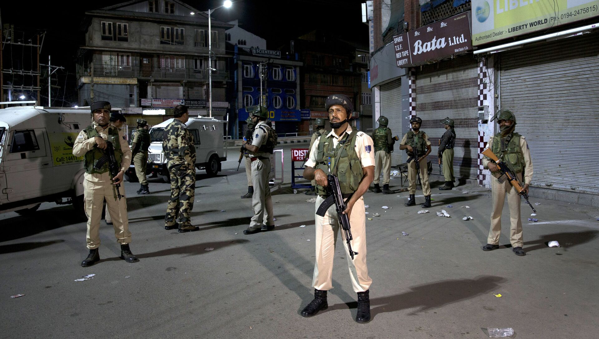 Indian soldiers stand guard in Srinagar, India, Sunday, Aug. 4, 2019. Tensions have soared along the volatile, highly militarized frontier between India and Pakistan in the disputed Himalayan region of Kashmir, as India has deployed more troops and ordered thousands of visitors out of the region - Sputnik International, 1920, 05.08.2021