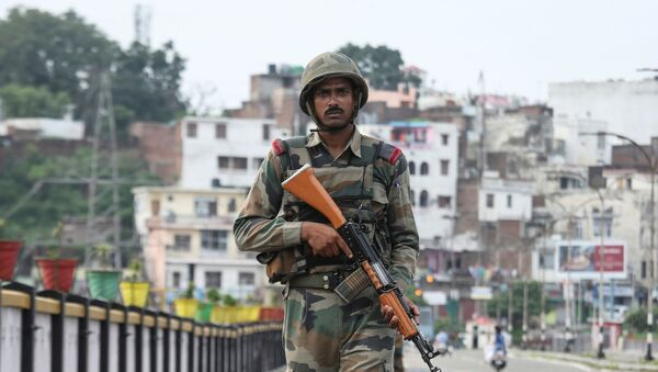 An Indian army soldier patrols on a bridge during restrictions in Jammu, August 5, 2019 - Sputnik International