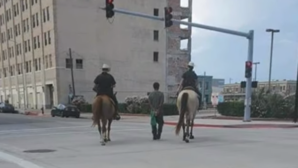 Texas' Galveston Police Department comes under fire after photos emerge online showing two mounted police officers leading a handcuffed man on a rope - Sputnik International