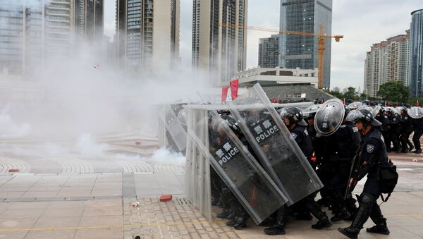 Police officers take part in an anti-riot drill in Shenzhen, Guangdong - Sputnik International