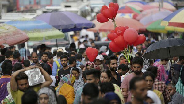 Kashmiris shop at a local market ahead of Eid al-Adha festival in Srinagar,  Kashmir (File) - Sputnik International