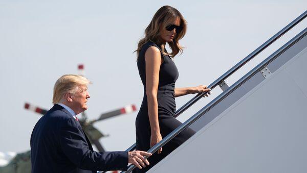 Президент США Дональд Трамп и первая леди Меланья Трамп поднимаются по трапу в самолет президента, Техас - Sputnik International
