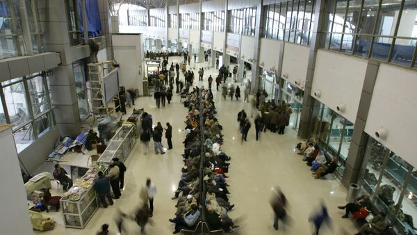 Passengers sit as they wait for their respective flights inside the newly constructed international airport in Srinagar, India (File) - Sputnik International