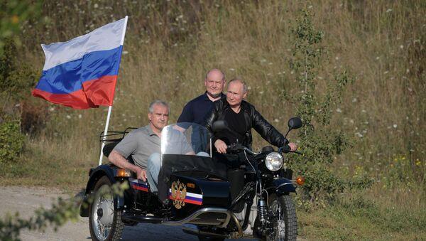Putin Rides Ural Motorcycle in Crimea - Sputnik International