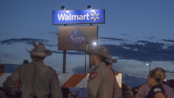 Texas State Troopers keep watch at the makeshift memorial for victims of the shooting that left a total of 22 people dead at the Cielo Vista Mall WalMart in El Paso, Texas, on August 6, 2019 - Sputnik International
