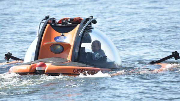 Russian President Vladimir Putin submerges on board C-Explorer 3.11 bathyscaphe near the isle of Gogland in the Gulf of Finland visiting Shch-308 Semga submarine which sink in 1942, in Leningrad region, Russia. - Sputnik International