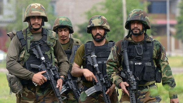 Pakistani soldiers walk from a site after an operation against suspected militants in Peshawar on April 16, 2019 - Sputnik International