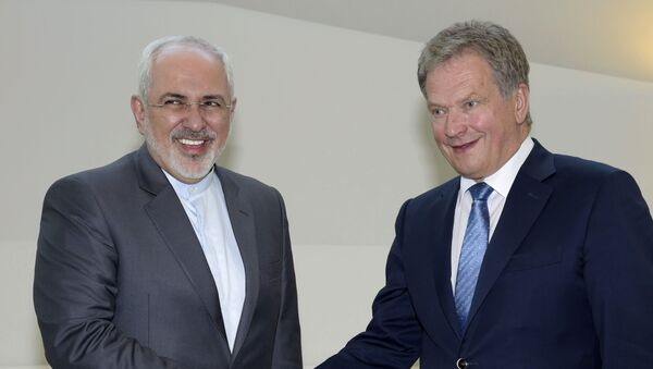 Iran's Foreign Minister Mohammad Javad Zarif, left, shakes hands with  Finland's President Sauli Niinisto at the Presidential residence Mantyniemi in Helsinki, Finland on Tuesday May 31, 2016. - Sputnik International