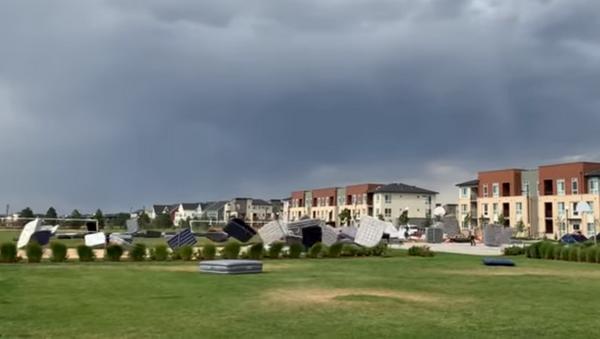 Incoming Storm Sends Mattresses Tumbling into Nearby Pool - Sputnik International