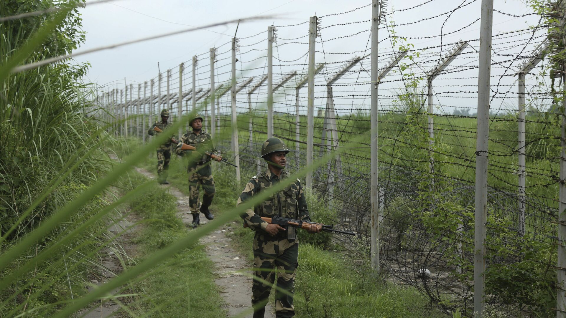 India's Border Security Force (BSF) soldiers patrol near the India Pakistan border fencing at Garkhal in Akhnoor, about 35 kilometers (22 miles) west of Jammu, India, Tuesday, Aug.13, 2019 - Sputnik International, 1920, 14.10.2021