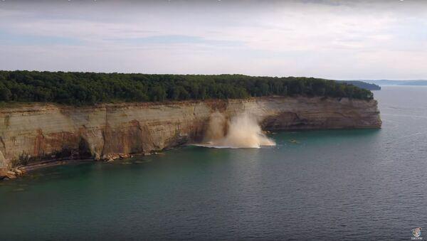 Kayakers avoid a cliff collapse - Sputnik International