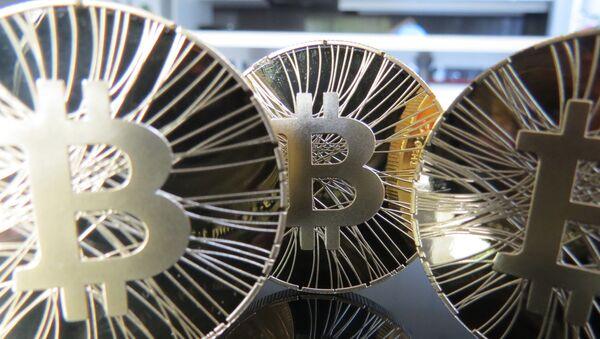 An artist's concept of gold Bitcoin coins - Sputnik International