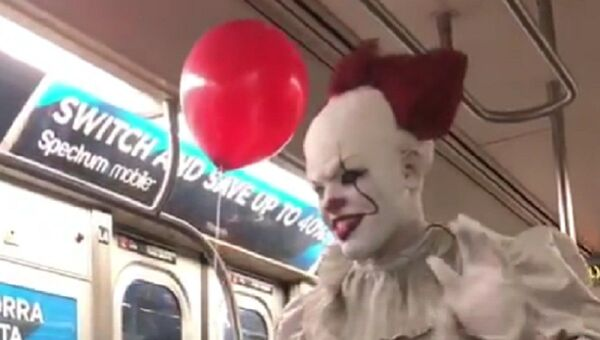 """A magician dressed as Pennywise the clown from the Stephen King horror flick """"It"""" strolled through a Manhattan L train - Sputnik International"""
