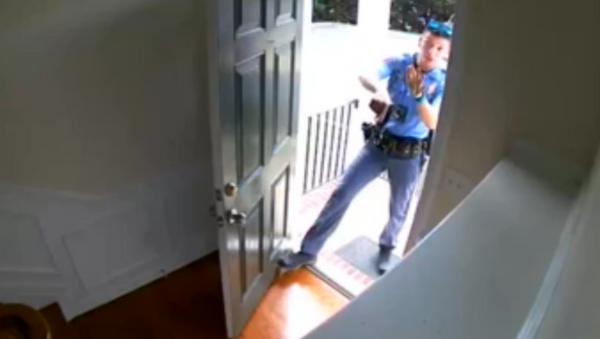 US Man Handcuffed in Own Home Over False Burglar Alarm  - Sputnik International