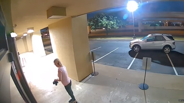 US woman caught on surveillance footage using a battery-powered grind saw to break into Botox clinic to steal anti-aging products. - Sputnik International