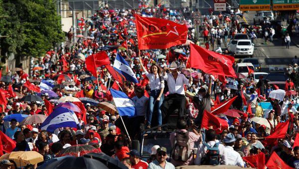 Former president Manuel Zelaya and his daughter Xiomara take part in a march against Honduras' President Juan Orlando Hernandez in Tegucigalpa, Honduras August 9, 2019. - Sputnik International
