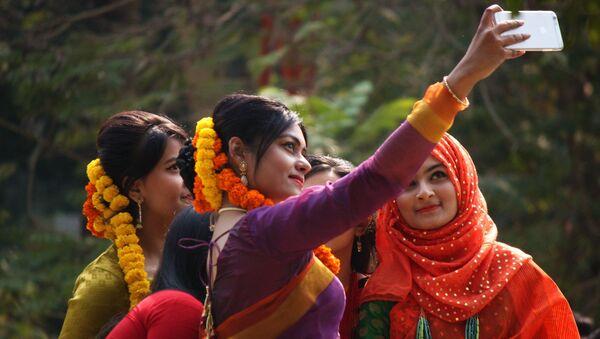 Bangladeshi girls taking Selfie at Pohela Falgun - Sputnik International