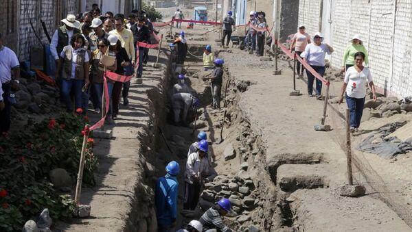 This handout picture released on June 28, 2018 shows the ongoing excavation where a group of archaeologists have discovered the remains of children offered in a ritual of the pre-Columbian Chimu culture, at the Huaca La Cruz, in Huanchaco, Peru - Sputnik International