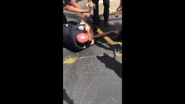 Illinois' DeKalb Police Department launch investigation into violent arrest of Elonte McDowell, who was placed in a chokehold and then struck by stun gun prongs. - Sputnik International