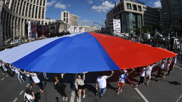 Flash mob participants during the Russian National Flag Day in Moscow   - Sputnik International