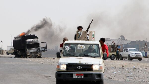 Southern separatist fighters patrol a road during clashes with government forces in Aden, Yemen August 29, 2019 - Sputnik International