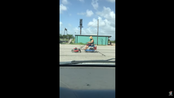 Texas Resident Uses Electric Lawn Mower to Get Around Town - Sputnik International