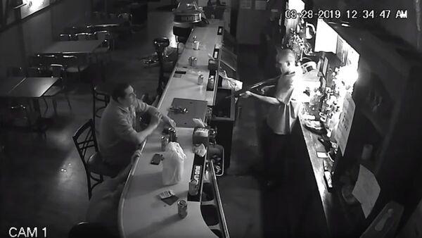 World's Chillest Man Lights Cigarette at Gunpoint During Bar Robbery - Sputnik International