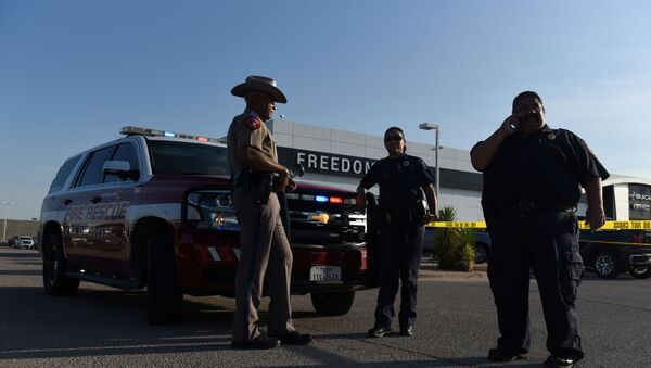 A Texas state trooper and other emergency personnel monitor the scene at a local car dealership following a shooting in Odessa, Texas, US September 1, 2019. - Sputnik International