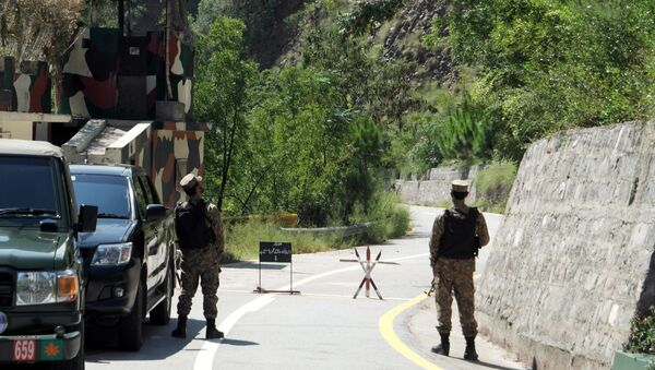 Army soldiers stand guard the Uri crossing point during a visit by journalists (unseen) on the Line of Control (LoC) in Chakothi, Pakistan-administered Kashmir, August 29, 2019 - Sputnik International