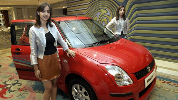 Models pose with the newly launched 'Swift' by Maruti Udyog Limited (MUL) in New Delhi, 25 May 2005 - Sputnik International