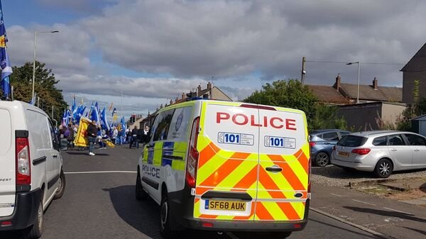 Police block off the roads across the Scottish city of Perth as protestors march 3 miles in a demonstration for Independence - Sputnik International