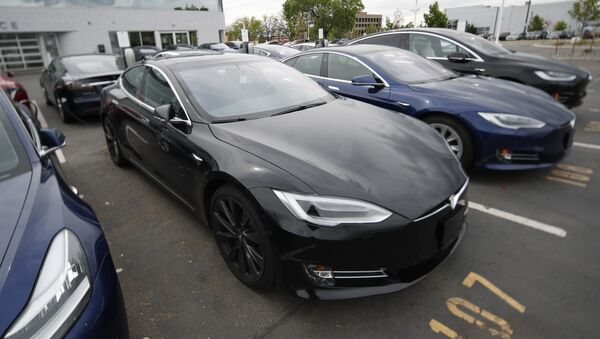 -In this Sunday, May 19, 2019, file photograph, a line of unsold 2019 Model S sedans sits at a Tesla dealership in Littleton, Colo.  - Sputnik International