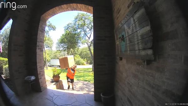 Delivery Man Gets Workout Carrying Heavy Package - Sputnik International